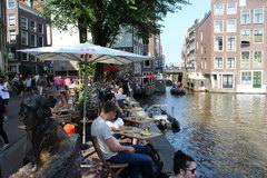 Цены на еду в Амстердаме в Нидерландах, реcторанчик на берегу канала