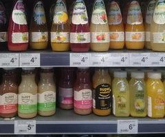 Еда в Варшаве в магазине, соки-пюре