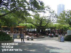 Вот например часть зоопарка (люди едят. А где  звери?:)), Зоопарк в Токио
